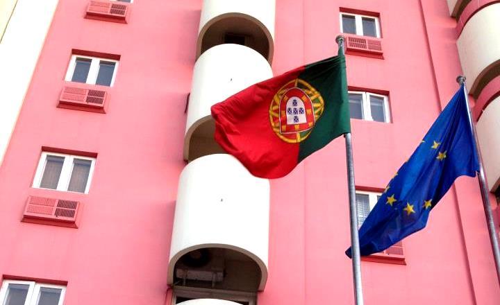 Embaixada de Portugal em Maputo - Parece que a cena da Bandeira Invertida,... é para se tornar LEI!