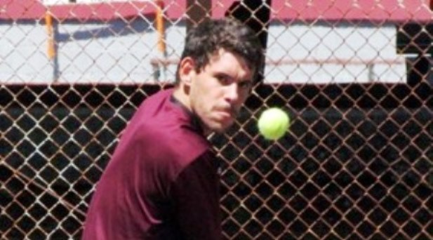 O figueirense Diogo Monteiro dá cartas no ténis universitário da WVIAC...