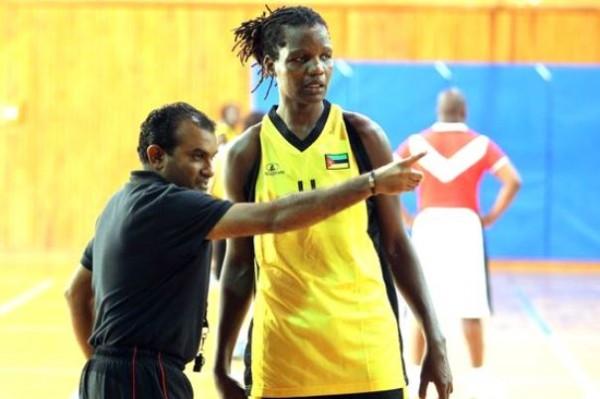 BASQUETEBOL - O treinador Nasir Sale e Clarisse no treino da Selecao Feminina de Basquetebol de Mocambique. Pavilhao da Faculdade de Motricidade Humana, em Oeiras. Quarta Feira, 17 de Julho de 2013. (Miguel Nunes/ASF) TREINO SELECAO BASQUETEBOL FEMININA MOCAMBIQUE