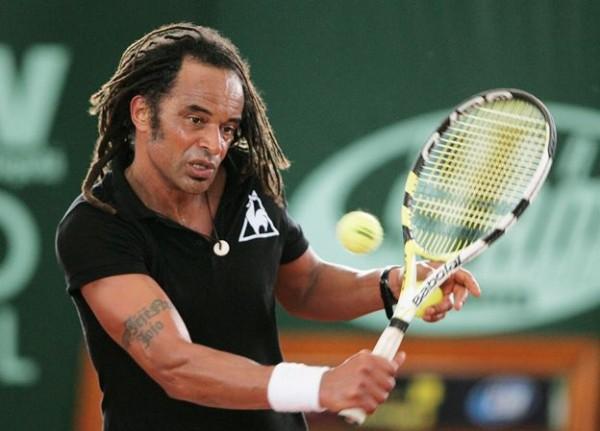"""BOG06. BOGOTÁ (COLOMBIA), 18/04/09.- El tenista francés Yannick Noah devuelve la bola al sueco Mats Wilander hoy, 18 de abril de 2009, durante el """"Show de Tenis 2009"""" que se lleva a cabo en Bogotá (Colombia). Wilander ganó con parciales de 6-3, 6-4. EFE/Leonardo Muñoz"""