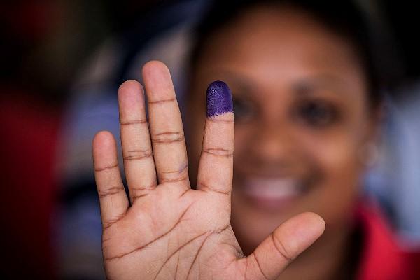 neg - 20 novembro 2013 - mocambique maputo - eleicoes autarquicas - escola jusina machel onde o presidente guebuza votou - ambiente no dia da votacao - aina usta mocambicana que estava desde as 5 da manha na fila para votar pela primeira vez aos 29 anos