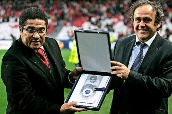 UEFA president Michel Platini, right, presents Portugal's soccer legend Eusebio with the UEFA's President's Award for his outstanding contribution to European soccer, Tuesday, Feb. 23, 2010 before the Europa League soccer match between Benfica and Hertha Berlin at Benfica's Luz stadium in Lisbon. (AP Photo/Francisco Seco)