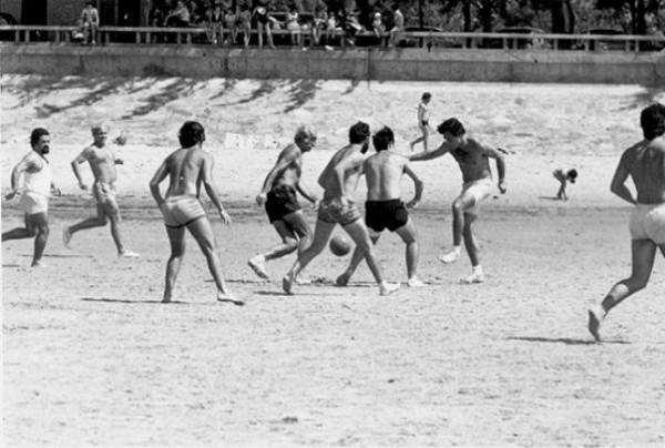 ADIVINHA QUEM SÃO! – Futebol na praia em Moçambique...