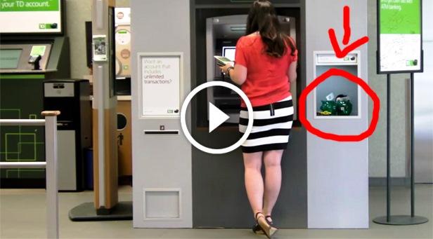 Banco canadiano agradece aos clientes dando-lhes presentes em caixa multibanco...