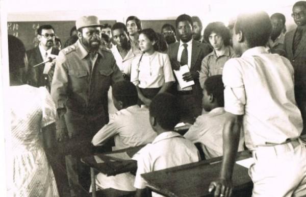 Samora Machel visita uma escola