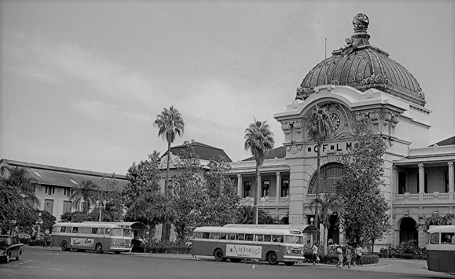 """Paragem de autocarros """"machibombos"""" na Praça Mac Mahon em 1969."""