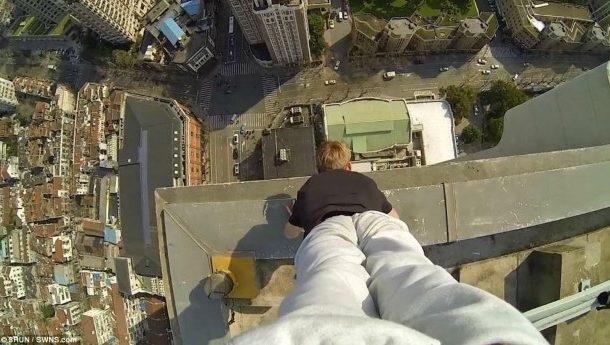 Acrobacias surpreendentes na borda de um arranha-céu!!!